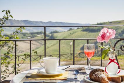Colazione italiana in splendido paesaggio della regione Marche